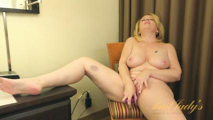 Зрелая блондинка с большой грудью любит мастурбацию